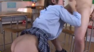 尻を突き出して美味しそうにちんぽを頂く女子校生 デカチンが大きな尻に挟まれる