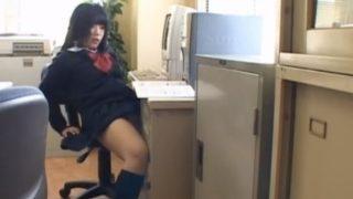 【JK角オナニー】ピンとした姿勢で日課の快楽を味わう女子校生 机の角に割れ目を押し当てるの止められない