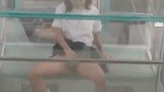 【露出オナニー】観覧車でオナニーする変態女子 制服のまま下半身を露出させながらバイブでイク