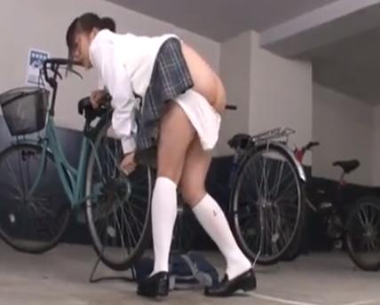 【淫乱JK】媚薬を盛られ自転車置場に鎖でつながれ放置される変態女子校生