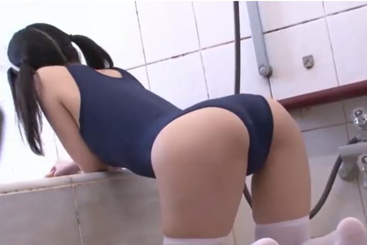 【スク水】メイドがスクール水着を着て風呂場を掃除していたら後ろから突然挿入されて