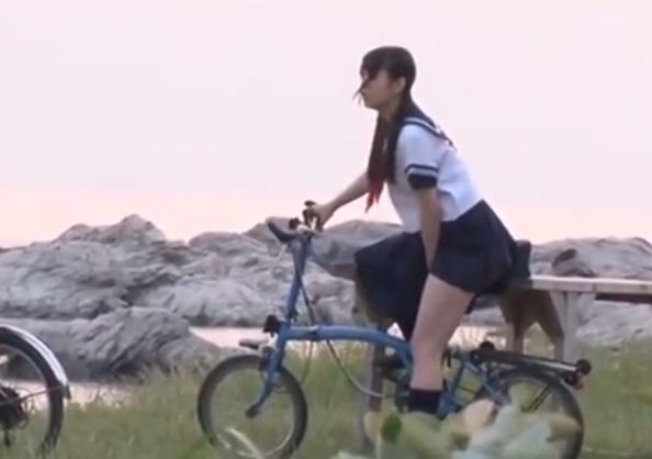 【サドルオナニー】女子校生が自転車で帰る途中我慢できずにサドルでこすりつけオナニー【あおいれな、他】