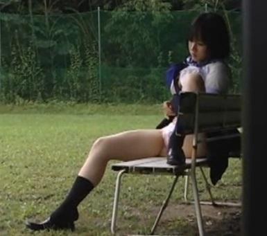 【JK野外オナニー】露出癖のある女子校生が人目の付かないベンチを選んで公開オナニー
