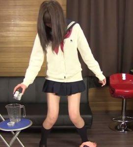 セーラー服現役女子校生のおしっこを少量ずつビーカーで採取させる過激ビデオ
