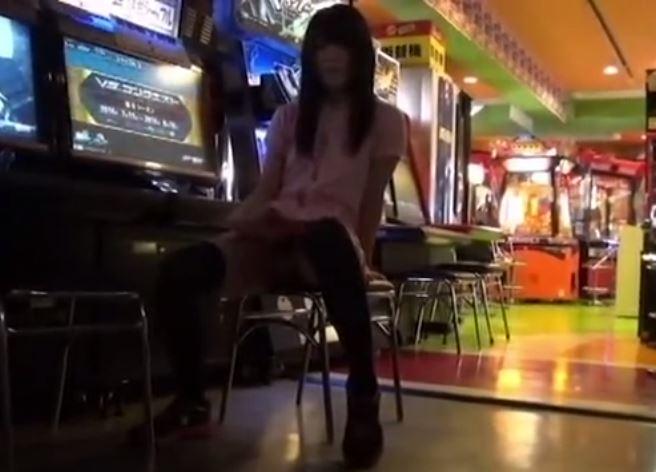 【JC】過激IVで女子中○生がゲーセンでぷち露出 非常階段の踊り場でも絆創膏全裸になって変態露出