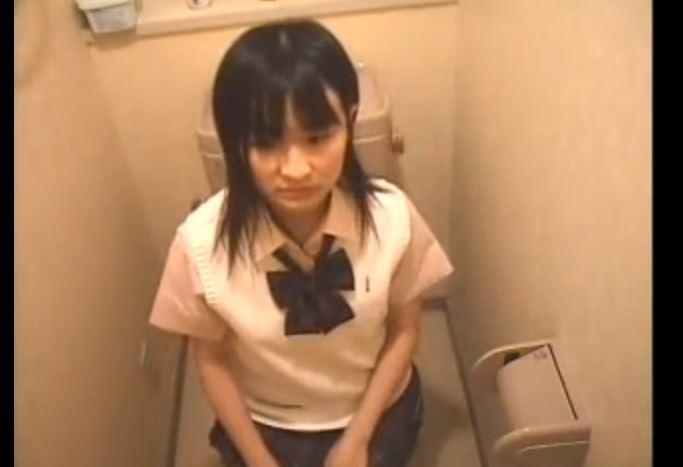 【盗撮】飲食店トイレでほぼ全裸になってこっそりオナる素人JKを盗撮