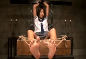 細身のセーラー服JKが脚や脇をくすぐられて悶絶 明らかに性的快感の声音と表情
