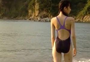 現役少女の競泳水着撮影 ほっそりした身体が強調される 海辺に寝転がってぷりぷり尻がモロ見え