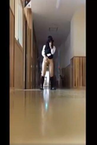 【校内露出】休日に廊下で露出行為をする素人個人動画 ノーパンでスカートたくし上げてま○こ見せつける現役JK