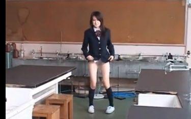 【校内露出】下半身裸で理科室で露出する変態JKの投稿動画 スカートもパンツも脱いで誰もいない教室でオナる