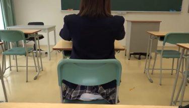 【制服JKパンチラ】椅子に引っかかって教室内でパンツ丸見えになる女子生徒【あの発見をもう一度】