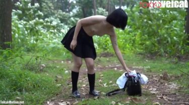 【JK露出の森】セーラー服の素人生徒が全裸で森林浴(無修正)