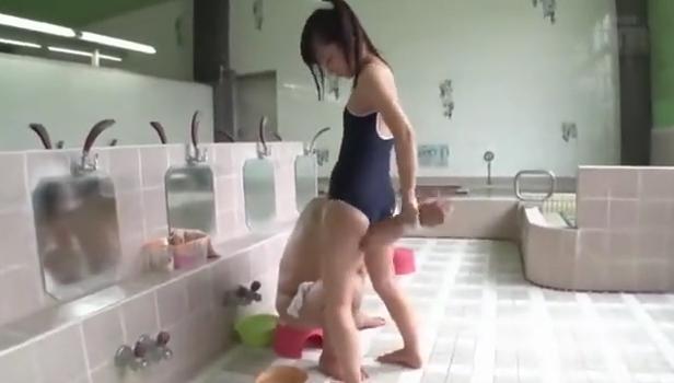 スク水ロリっ子が銭湯でソープ遊び 水着を着て健全マッサージ